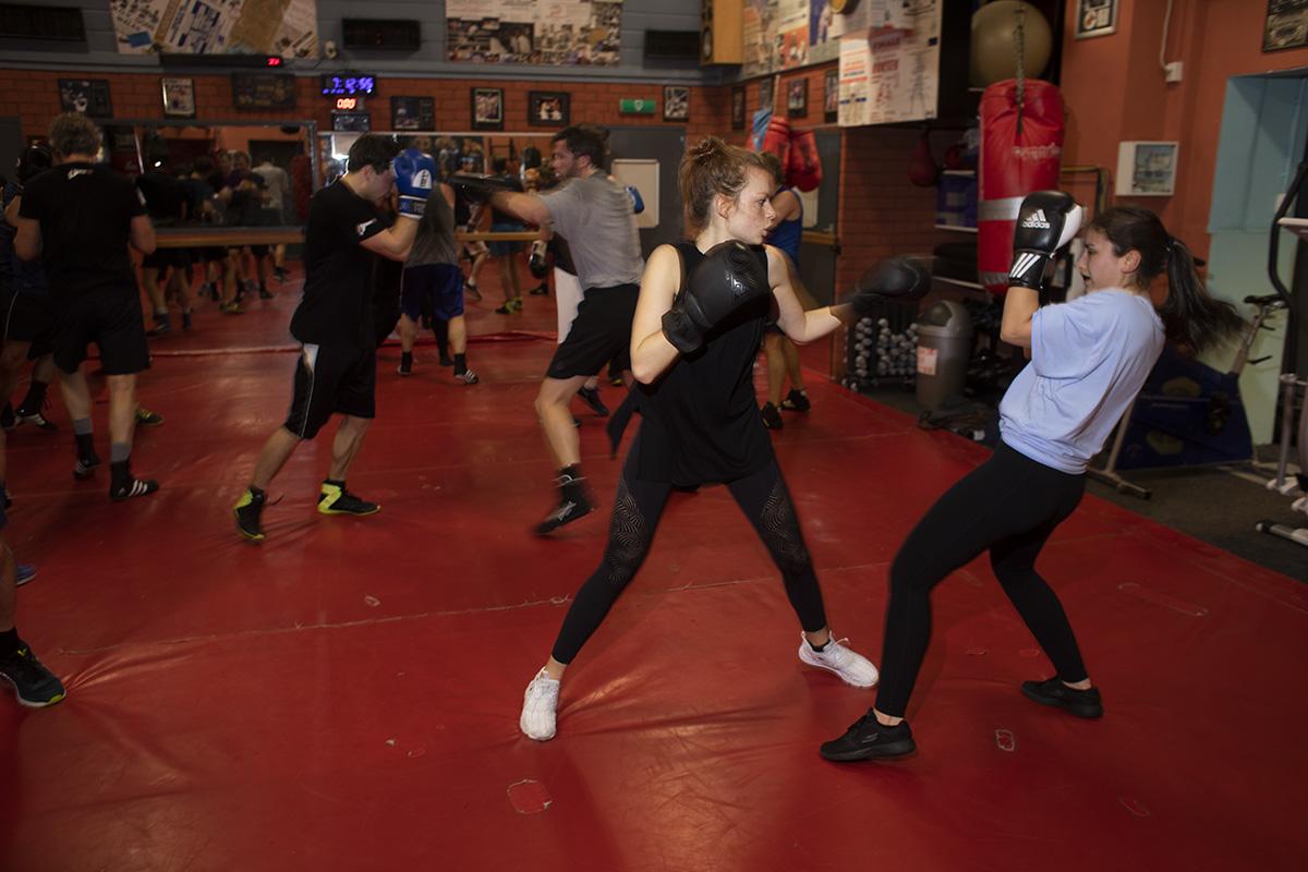 Gemengde boksles in ABOV waar mannen en vrouwen boksen